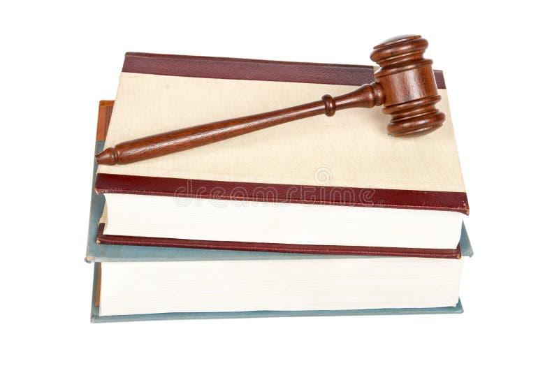 Hölzerner Hammer und Gesetzbücher lizenzfreie stockfotos