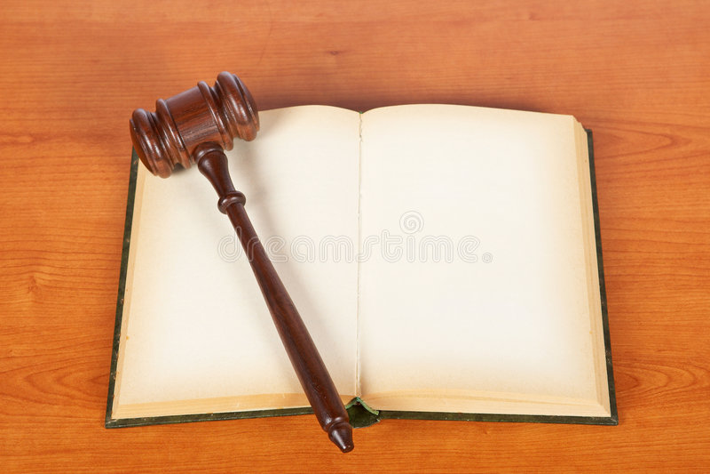 Hölzerner Hammer und Gesetzbuch stockfoto