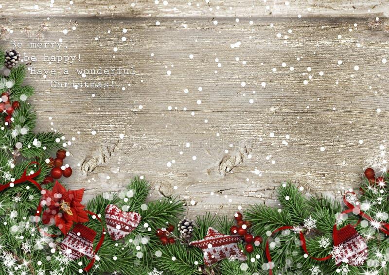 Hölzerner Hintergrund des Schmutzes mit Weihnachtstannenbaum, holly&mittens stockfotografie