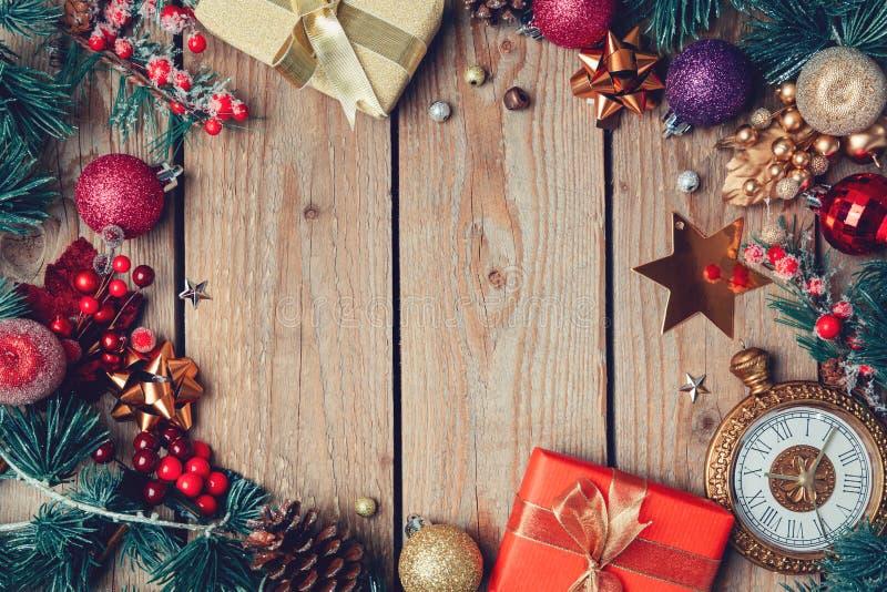 Hölzerner Hintergrund des Weihnachtsfeiertags mit schönen Dekorationen und Verzierungen Ansicht von oben stockbild