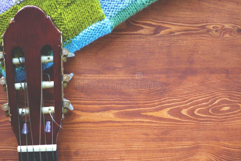 Hölzerner Hintergrund mit einem Fingerboard von der Gitarre, Draufsicht des flatlay Rahmens der Musik stockfoto
