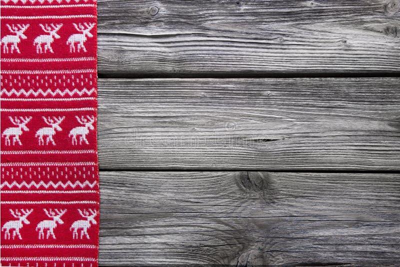 Hölzerner Hintergrund mit einem roten Rahmen des Rens für Weihnachten Dezember stockfoto