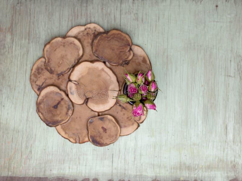 Hölzerner Hintergrund mit kleinen rosa Rosen Schmutzmodell Grüne alte gemalte Beschaffenheit lizenzfreies stockbild