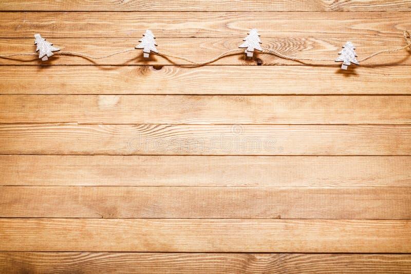 Hölzerner Hintergrund mit Weihnachtsdekorationen stockfoto