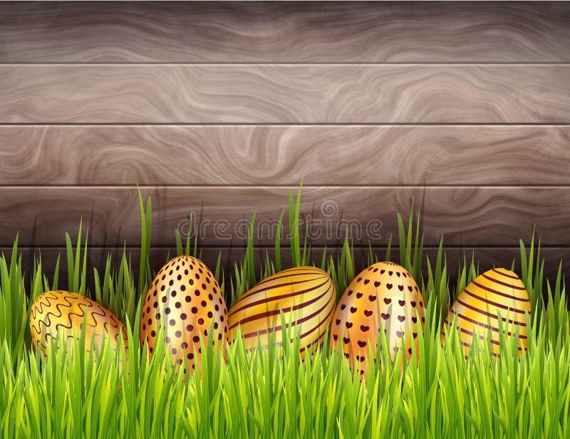 Hölzerner Hintergrund Zusammenfassungs-Ostern mit unterer Grenze von den verzierten goldenen Eiern versteckt im frischen Gras lizenzfreie abbildung