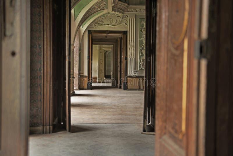 Hölzerner Innenraum im Luxuspalast lizenzfreie stockfotos