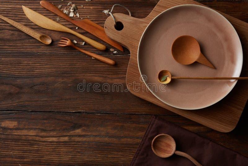Hölzerner Küchentisch der ländlichen Weinlese mit Kochgeräten herum lizenzfreies stockfoto