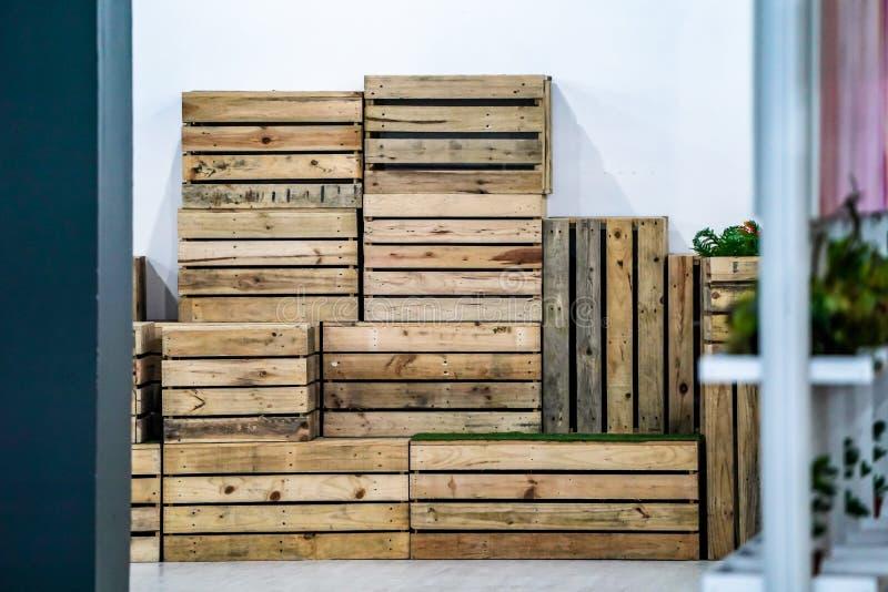 Hölzerner Kastenstuhl in der Reihe und in der nahe gelegenen Wand der Anordnung, bereit, bis zum Gebrauch auszuwählen lizenzfreie stockfotografie