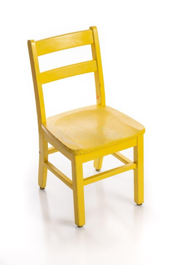 Hölzerner Kinderstuhl malte gelb stockbilder
