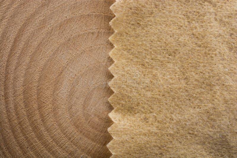 Hölzerner Klotz schnitt in runde dünne Stücke und in braunes Farbgewebe lizenzfreie stockfotografie