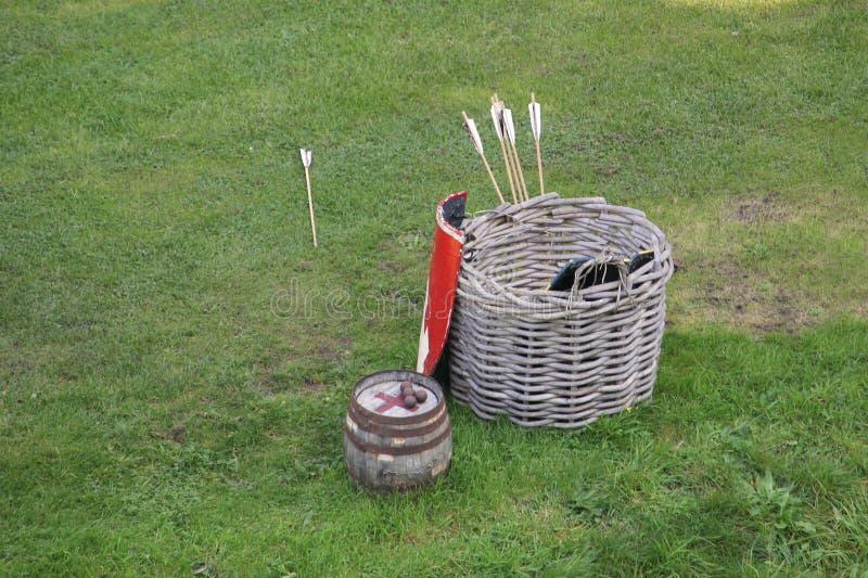 Hölzerner Korb benutzt, um mittelalterliche Bogenschießenausrüstung, mit arr zu speichern lizenzfreie stockbilder