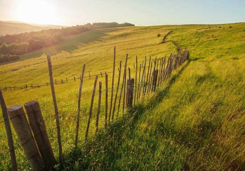 Hölzerner ländlicher Zaun der Sommerweide an der Dämmerung lizenzfreie stockbilder