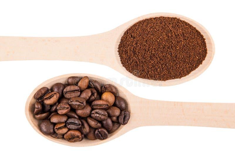 Hölzerner Löffel mit Bohnen des gemahlenen Kaffees und des Röstkaffees stockfotografie