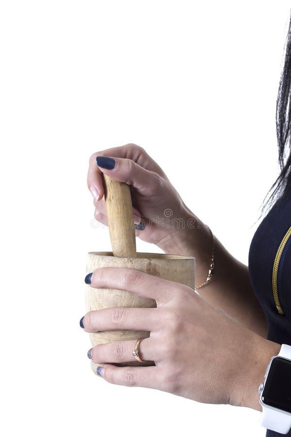 Hölzerner Mörser in den weiblichen Händen stockbilder