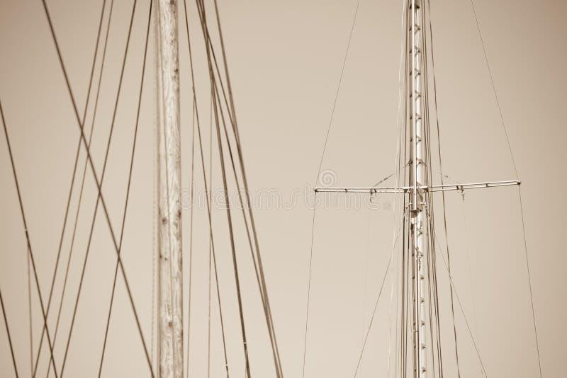 Hölzerner Mast, Takelung und Seile des Segelschiffs lizenzfreie stockfotografie