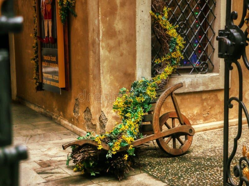 Hölzerner mittelalterlicher Blumenwagen verzierte lizenzfreies stockbild