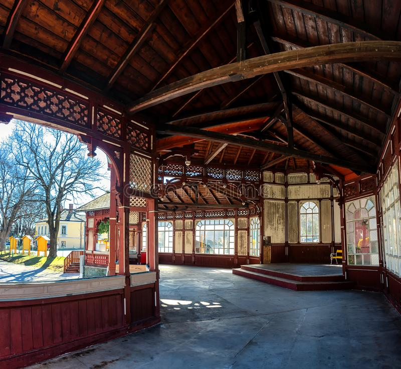 Hölzerner Musik-Pavillon im kleinen Dorf Payerbach lizenzfreies stockbild