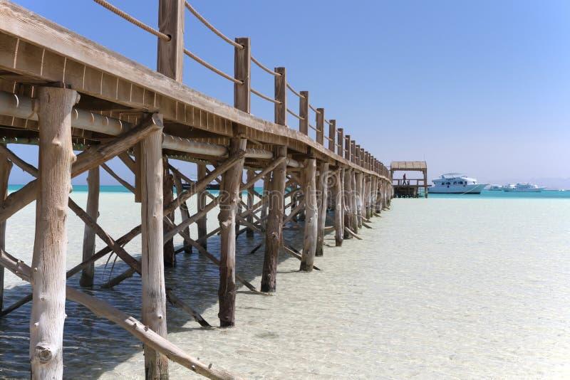 Hölzerner Pier auf Paradise-Insel vor der Küste von Hurghada stockbild