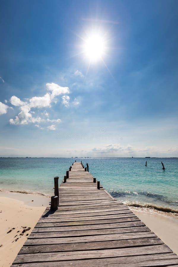 Hölzerner Pier auf Strand stockbilder