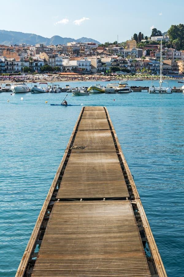 Hölzerner Pier im malerischen Fischerdorf im Mittelmeer stockfoto