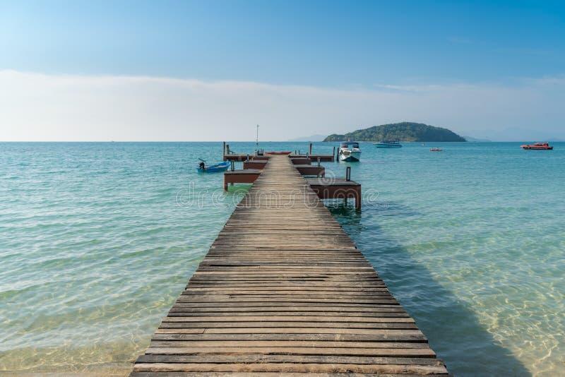 Hölzerner Pier mit Boot in Phuket, Thailand Sommer-, Reise-, Ferien- und Feiertagskonzept stockfotos