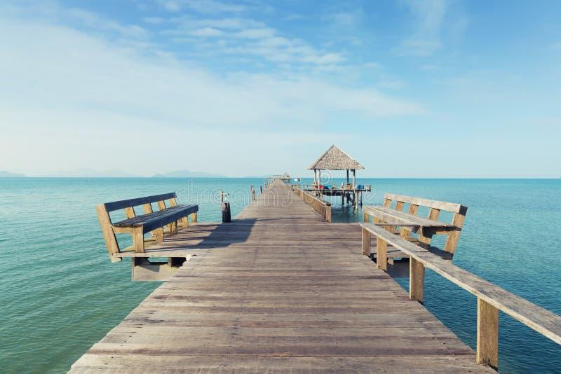 Hölzerner Pier mit Boot in Phuket, Thailand Sommer-, Reise-, Ferien- und Feiertagskonzept lizenzfreies stockbild
