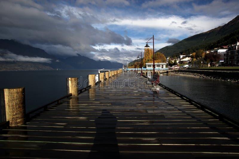 Hölzerner Pier in Queenstown NZ stockbilder
