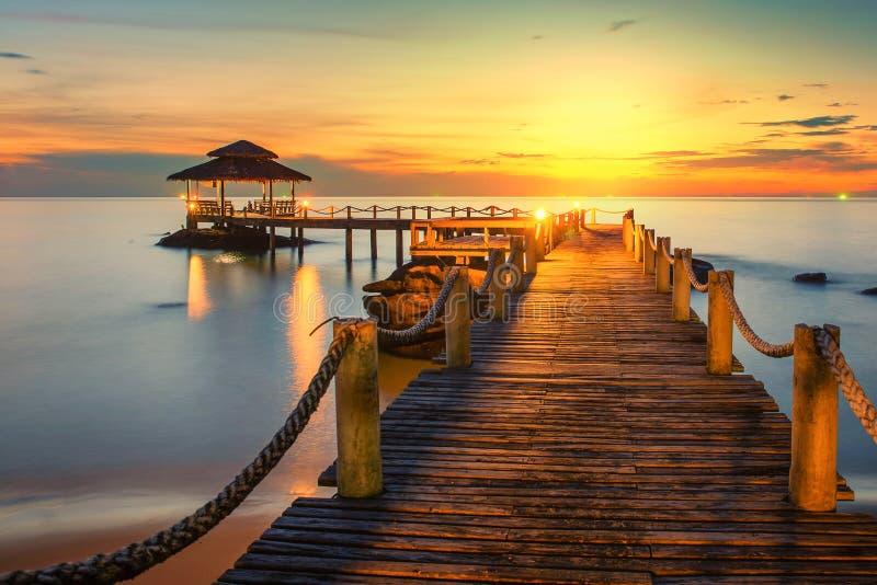 Hölzerner Pier zwischen Sonnenuntergang in Phuket, Thailand lizenzfreies stockbild