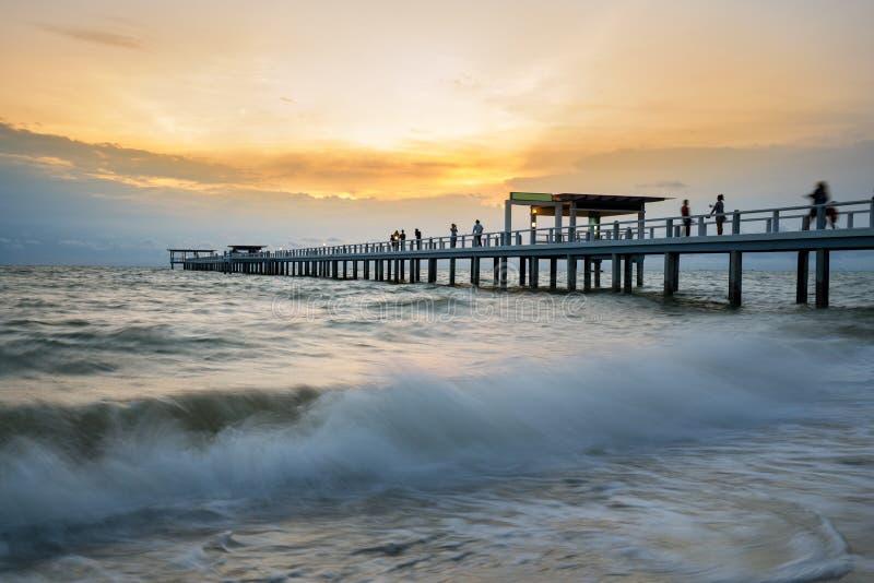 Hölzerner Pier zwischen Sonnenuntergang in Phuket, Thailand Sommer-, Reise-, Ferien- und Feiertagskonzept lizenzfreies stockfoto