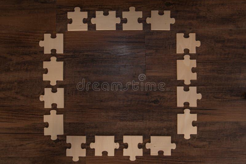 Hölzerner Puzzlespiel-Rahmen lizenzfreies stockfoto