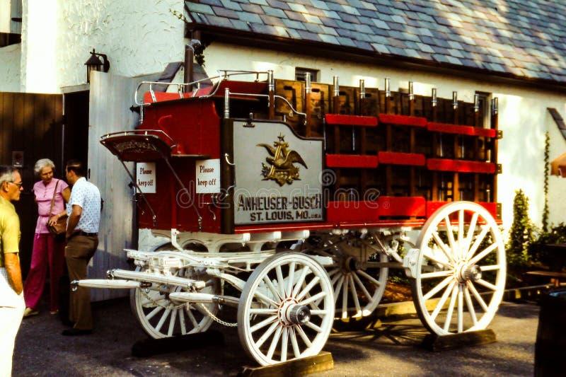 Hölzerner Radlastwagen Weinlese-Budweisers lizenzfreie stockfotografie
