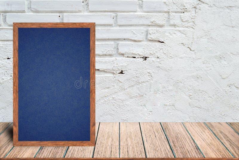 Hölzerner Rahmen der Tafel, Tafelzeichenmenü auf Holztisch und mit Ziegelsteinhintergrund stockfotos