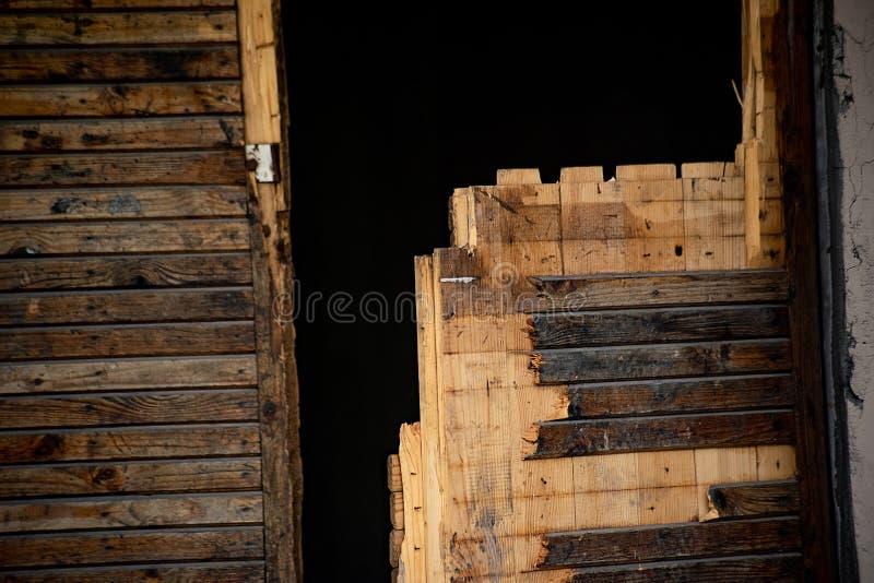 Hölzerner Rest einer gebrannten Tür stockfoto
