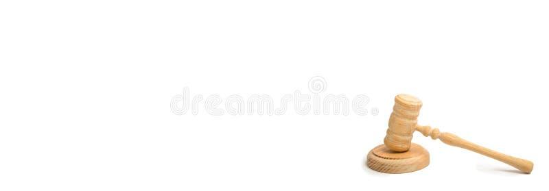 Hölzerner Richterhammer auf einem weißen Hintergrund Rechtssachen Rechtsanwälte und Verfolger Unterstützung und Sicherung der Ans lizenzfreies stockbild