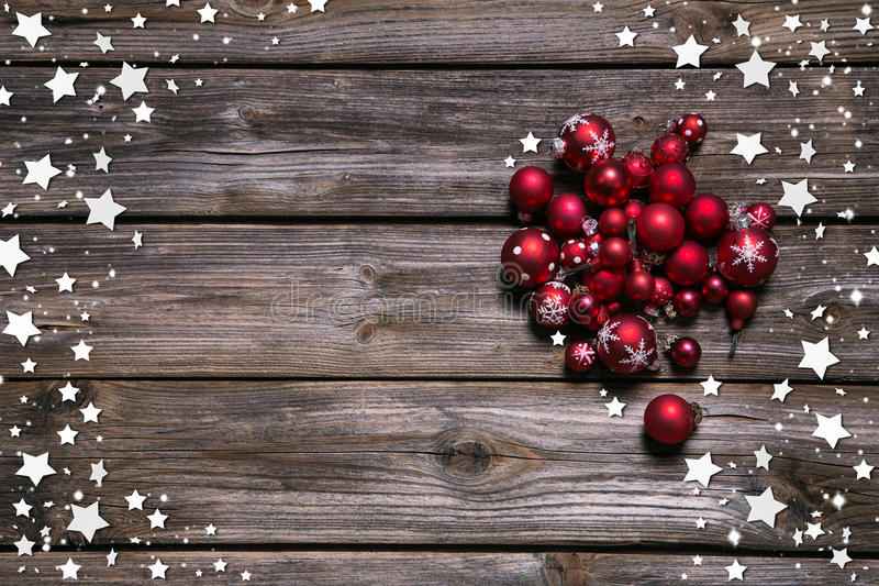 Hölzerner rustikaler Weihnachtshintergrund mit roten Bällen und als Rahmen lizenzfreies stockfoto