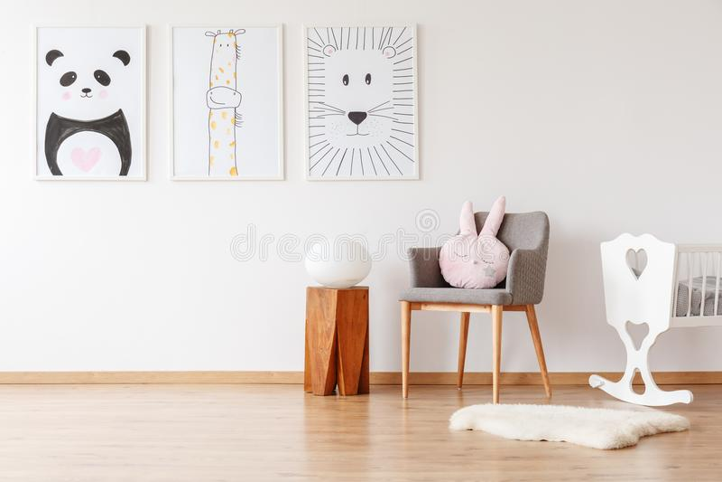 Hölzerner Schemel in Kind-` s Raum lizenzfreies stockbild