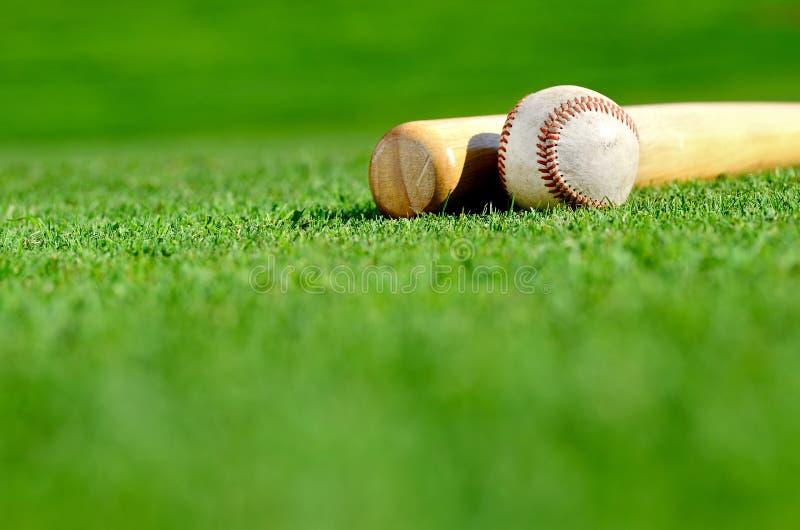 Hölzerner Schläger und Baseball lizenzfreie stockbilder