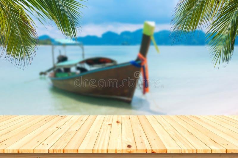 Hölzerner Schreibtisch oder Planke auf Sandstrand im Sommer Hintergrund f lizenzfreies stockbild