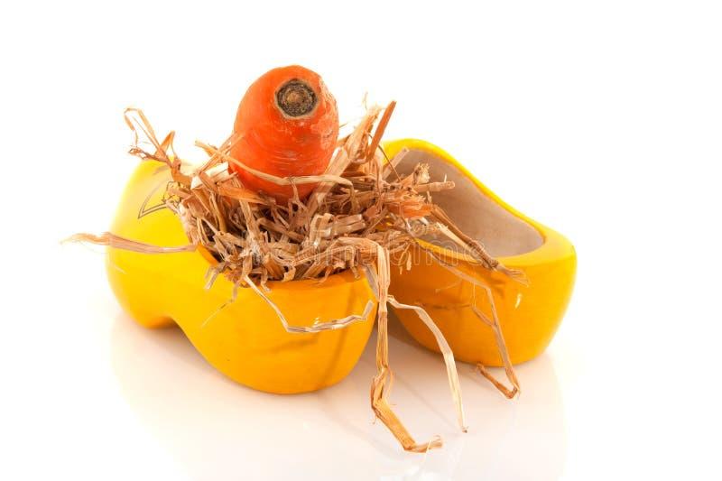 Hölzerner Schuh mit Karotte stockfoto
