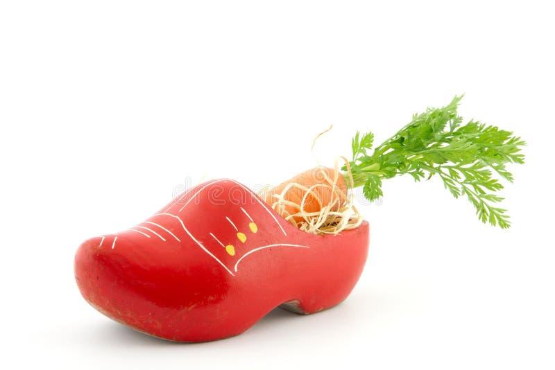 Hölzerner Schuh mit Karotte für Holländer Sinterklaas-Tradition lizenzfreie stockbilder