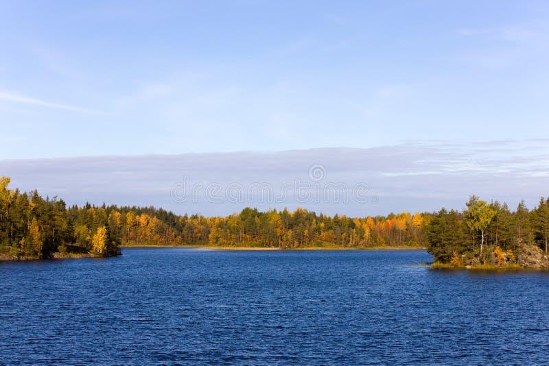 Hölzerner See im Herbst lizenzfreie stockbilder
