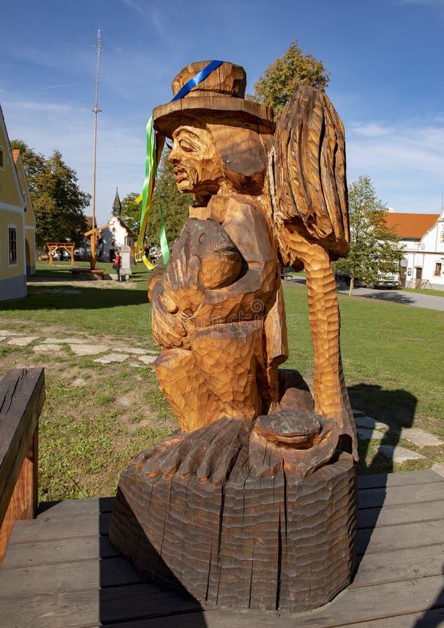 Hölzerner Skulpturwasserkobold, das Dorf von Holasovice, Tschechische Republik stockfoto