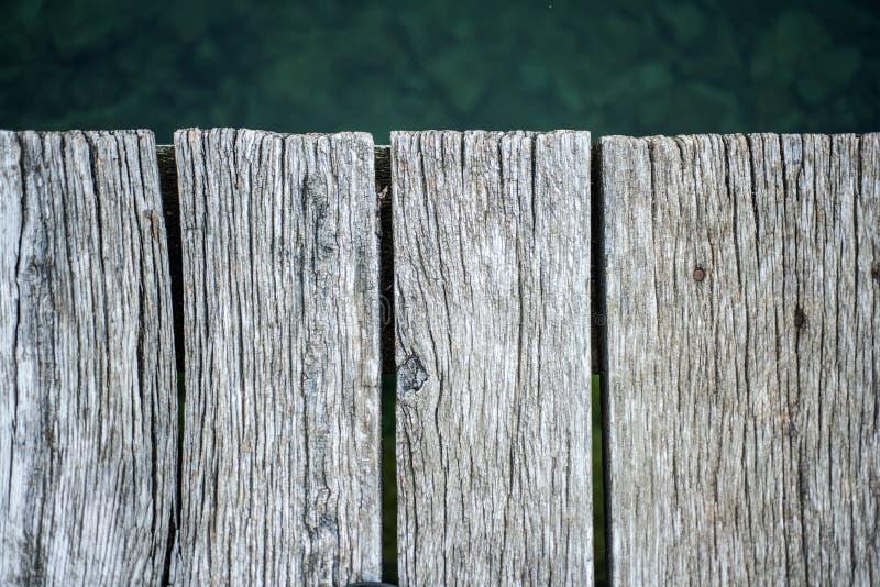 Hölzerner Strand Alte Brücke Hölzerner Beschaffenheitshintergrund Sommer und ruhige Feiertage Alter hölzerner Planke-Hintergrund  lizenzfreie stockbilder