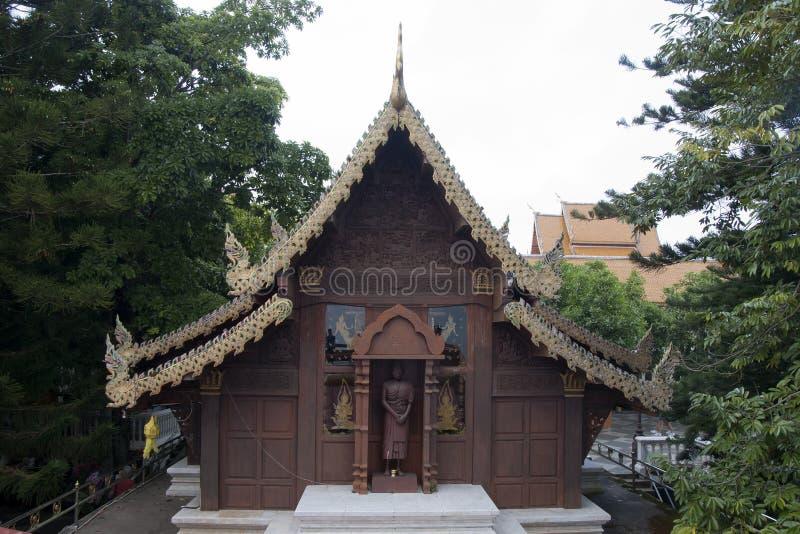 Hölzerner Tempel mit der aufwändigen Entlastung, die bei Wat Phra That Doi Suthep schnitzt lizenzfreies stockbild