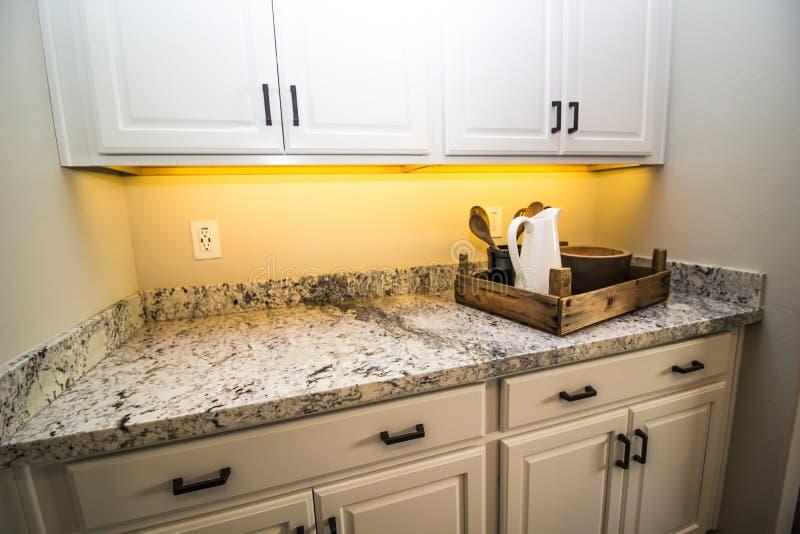 Hölzerner Tray With Bowls u. Pitcher auf Granit-Küchenarbeitsplatte stockfotografie