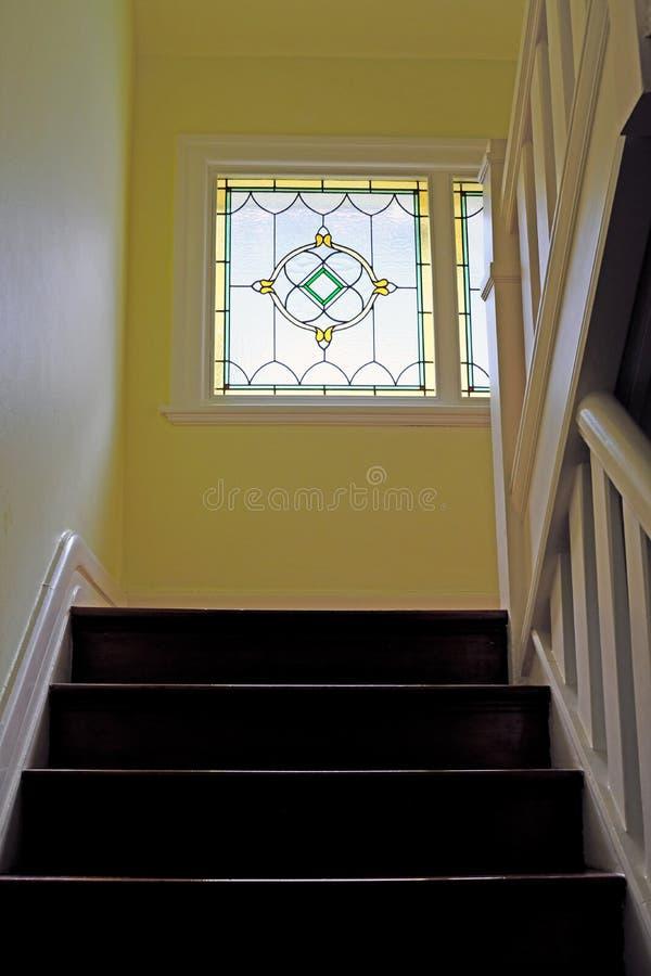 Hölzerner Treppenhaus-schwach Lit durch Führungs-Licht-Fenster stockfotografie