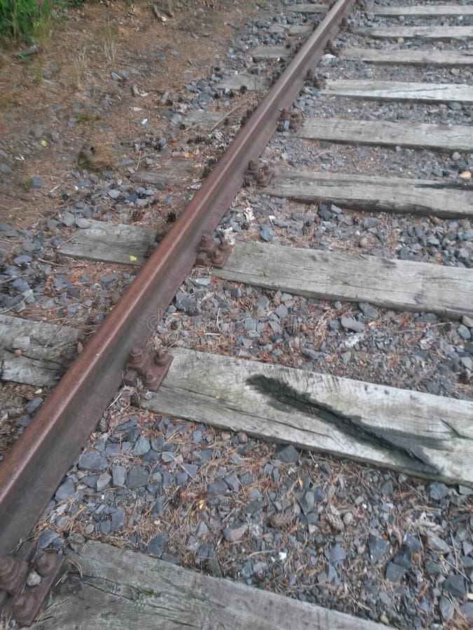 Hölzerner und Stahleisenbahnliniebau verlassen stockfotografie