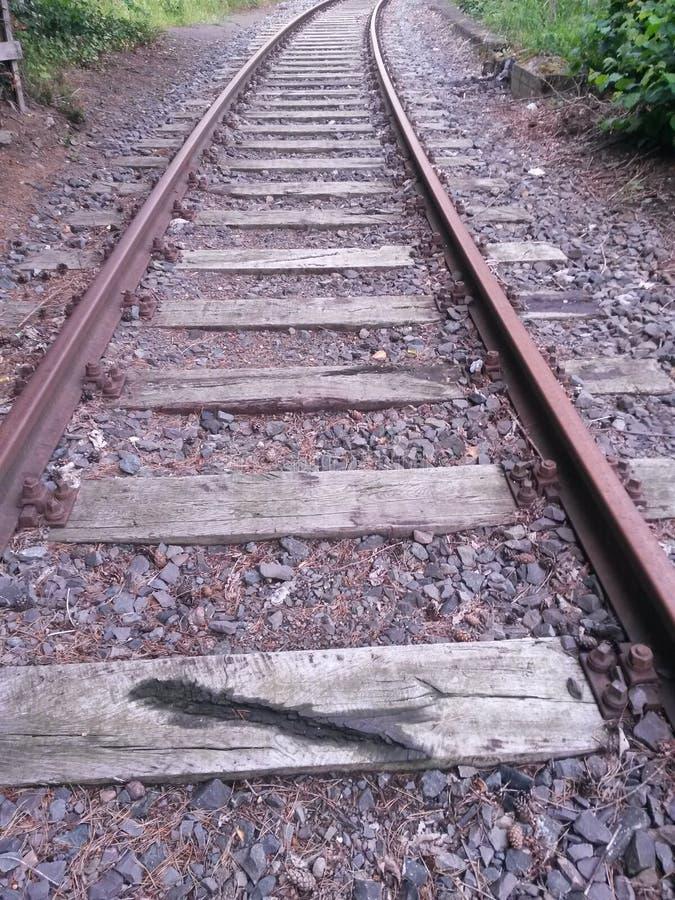 Hölzerner und Stahleisenbahnliniebau verlassen stockfoto