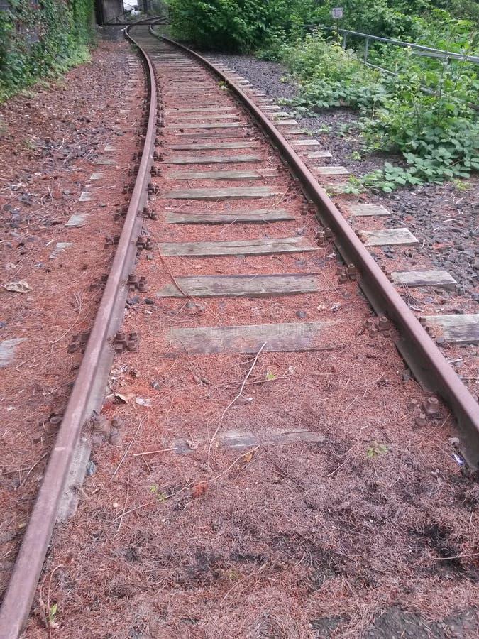 Hölzerner und Stahleisenbahnliniebau verlassen lizenzfreies stockbild