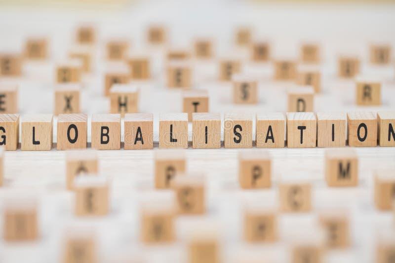 Hölzerner Würfelhintergrund der Globalisierung stockbilder